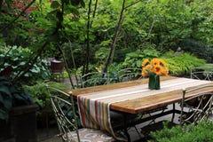 stolar arbeta i trädgården tabellen arkivbilder