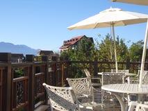 Stolar för balkongkaffeparaply på bergöverkanten royaltyfria foton