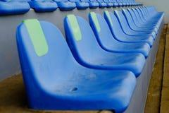 Stolar för blått för sportstadionplast- i rad royaltyfria foton