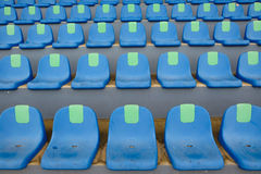 Stolar för blått för sportstadionplast- i rad Arkivfoto