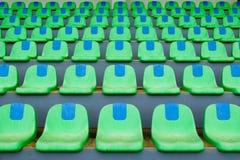 Stolar för plast- för sportstadiongräsplan i rad Royaltyfria Bilder