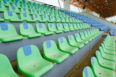Stolar för plast- för sportstadiongräsplan i rad Fotografering för Bildbyråer