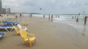 Stolar för plast- för strandsjösidarestaurang arkivbild