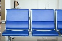 Stolar för passagerare på terminalen 1 av den Changi flygplatsen i Singapore Arkivfoto