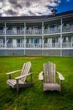 Stolar framme av ett strandhotell i stånghamnen, Maine Fotografering för Bildbyråer