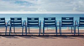 Stolar framme av havet Arkivbild