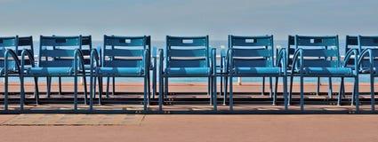 Stolar framme av havet Arkivfoto