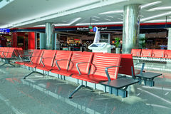 Stolar i den Dubai flygplatsen Royaltyfri Foto