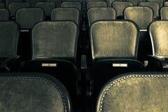 Stolar i en gammal teater Arkivfoto