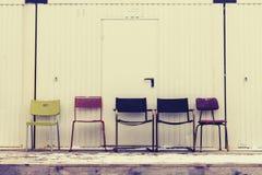 Stolar i en ro Arkivfoton