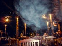Stolar i ett lokalt utomhus- kafé på natten i Thailand royaltyfri foto