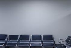 Stolar i hörnet för vänta i en flygplats Tomt utrymme på väggen Arkivbilder