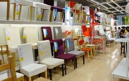 Stolar i möblemanglager royaltyfri fotografi
