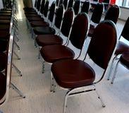 Stolar i siminar rum Arkivfoto