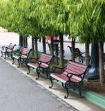 stolar lokaliserade en annat ut parkerar pölen Royaltyfri Bild