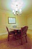 stolar marmorerar den runda omgivna tabellen Royaltyfria Bilder