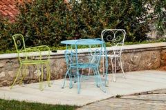 Stolar och en tabell i trädgård Royaltyfri Foto