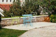 Stolar och en tabell i trädgård Fotografering för Bildbyråer