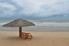 Stolar och paraply på härliga stolar för en östrand och paraply för strand på en härlig ö Fotografering för Bildbyråer