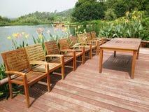 Stolar och skrivbord nära sjön Arkivfoto