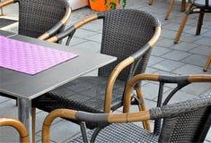 Stolar och tabell i en restaurang Arkivbild