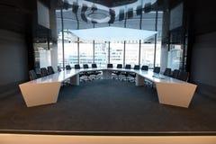 Stolar och tabell i styrelse Arkivfoton