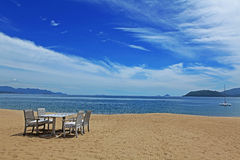 Stolar och tabell på stranden Arkivbild