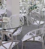 Stolar och tabeller för mötesrum eller hemtrevliga kaféer arkivfoto