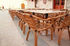 Stolar och tabeller i restaurang Arkivbild