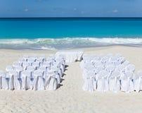 Stolar och tabeller som väntar bröllop på den tropiska stranden. Landskap i en solig dag Arkivbilder