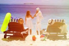 Stolar på den tropiska stranden, familjsemester Royaltyfri Fotografi