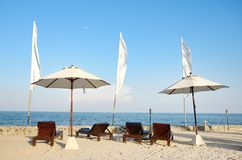 Stolar på den vita sandstranden Royaltyfri Foto