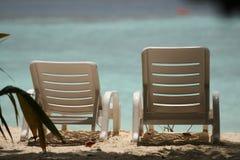 Stolar på en härlig tropisk strand på Maldiverna Arkivbild