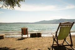 Stolar på kusten av sjön Apoyo nära Granada, Nicaragua Royaltyfria Bilder