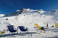 Stolar på skidapisten i Hintertux Royaltyfri Fotografi