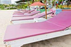 Stolar på stranden. Arkivbild