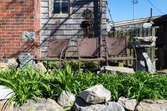 Stolar på ytterdörren med den lilla trädgården Royaltyfri Bild