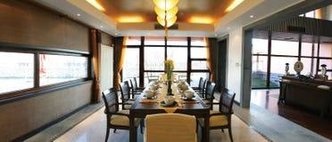 stolar som äter middag tabellen Arkivbilder