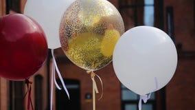 Stolar som dekoreras med ballonger