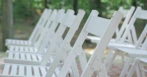 stolar som gifta sig white ceremoni som gifta sig utomhus Gifta sig aktivering i trädgård Royaltyfria Foton