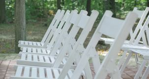 stolar som gifta sig white ceremoni som gifta sig utomhus Gifta sig aktivering i trädgård Royaltyfria Bilder