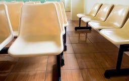 Stolar som inget sitter i seminariumrummet arkivfoto