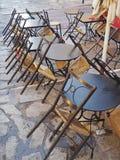 Stolar som lutar på tabeller, restaurang i Aten, Grekland Fotografering för Bildbyråer