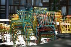 Stolar som staplas på den utomhus- restaurangen Fotografering för Bildbyråer