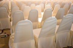 Stolar som täckas med den vita torkduken Royaltyfri Foto