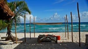 Stolar under en parasoll i cancun Arkivbilder
