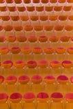 Stolar uppställda på ett tegelplattagolv Royaltyfri Foto