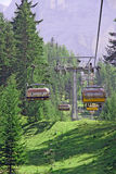 Stolelevator upp till överkanten av berget royaltyfri bild