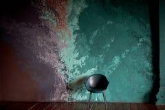 Stolen p? den texturerade bakgrunden av v?ggen av turkos och lilan sudd Stilen av minimalism royaltyfri bild