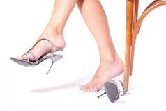 stolen sätter skor som sitter kvinnan arkivbild